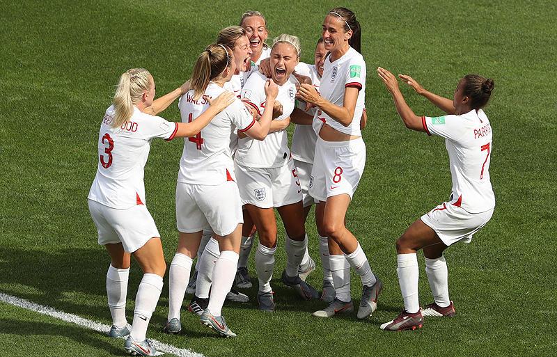 イングランドがカメルーンに3発完勝で2大会連続の8強進出を